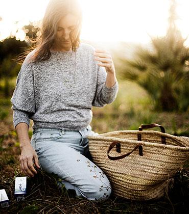 Ana Vitex recolectando flores de sauzgatillo