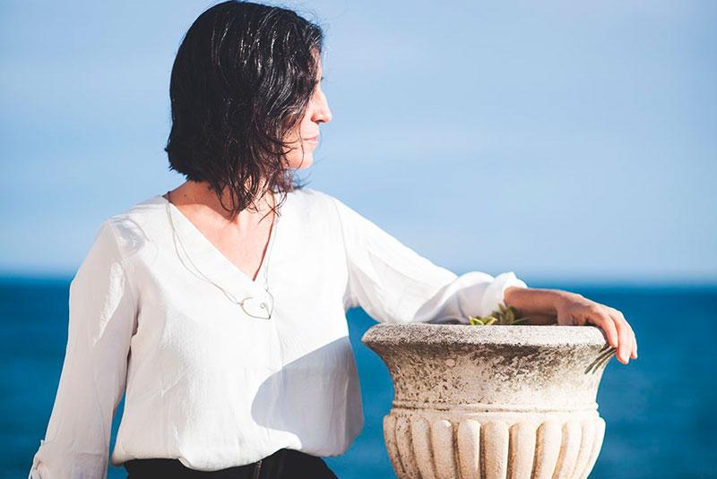 Ana Vitex mirando al horizonte