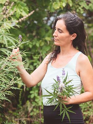 Ana junto a la planta medicinal Vitex