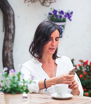 Ana Vitex mirando el móvil